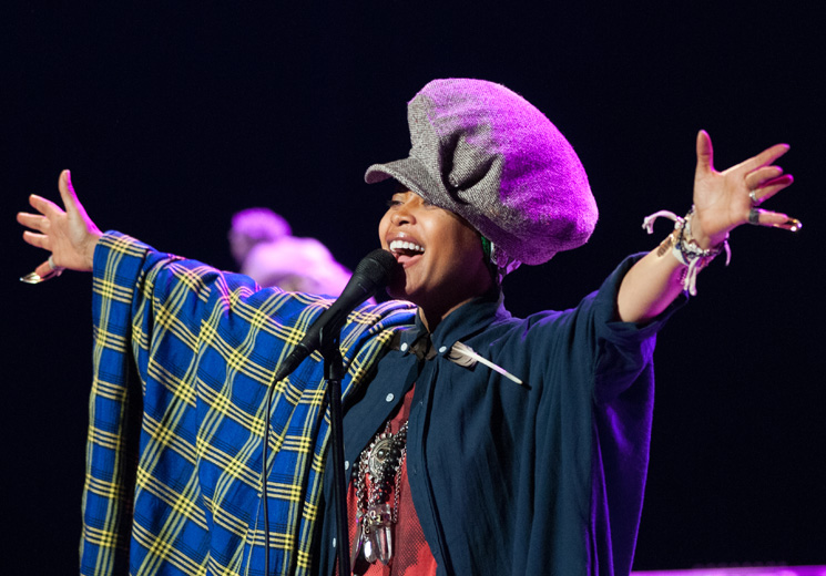 ​Erykah Badu Faces Backlash After 'Putting Up a Prayer' for R. Kelly During Chicago Concert
