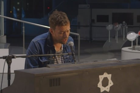 """Damon Albarn Performs """"Everyday Robots"""" to Android Audience (video)"""