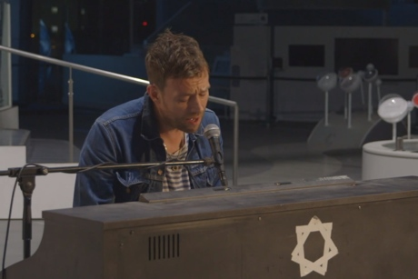 Damon Albarn Performs 'Everyday Robots' to Android Audience (video)
