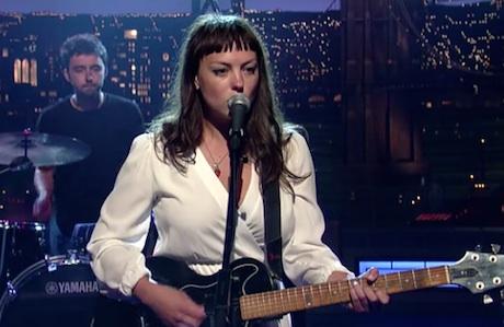 Angel Olsen 'Hi-Five' (live on 'Letterman')