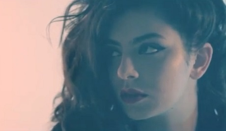 """Charli XCX """"SuperLove"""" (Yeasayer remix) (video)"""