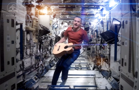 Chris Hadfield 'Space Oddity' (David Bowie cover) (video)