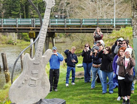 Kurt Cobain Statue Unveiled in Rock Icon's Hometown