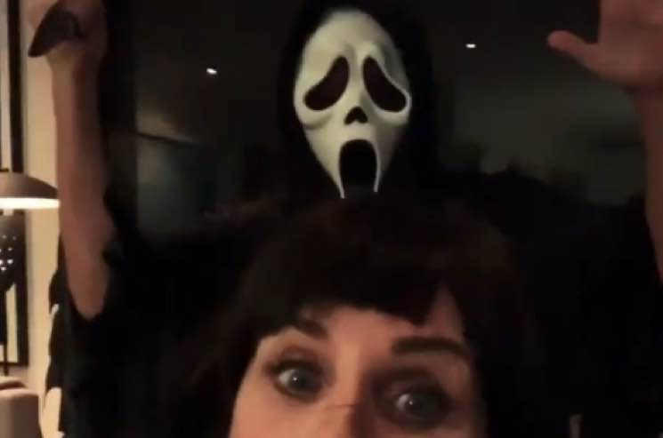 ​Courteney Cox Gets Visited by Ghostface for Halloween