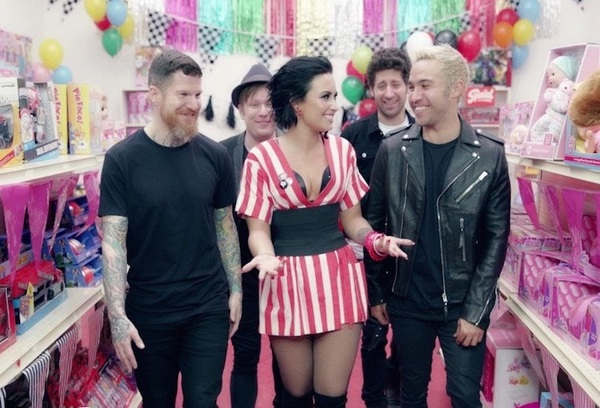 """Fall Out Boy """"Irresistible"""" (ft. Demi Lovato) (video)"""
