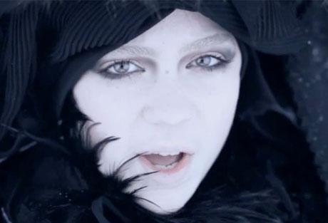 "Grimes ""Crystal Ball"" (video)"