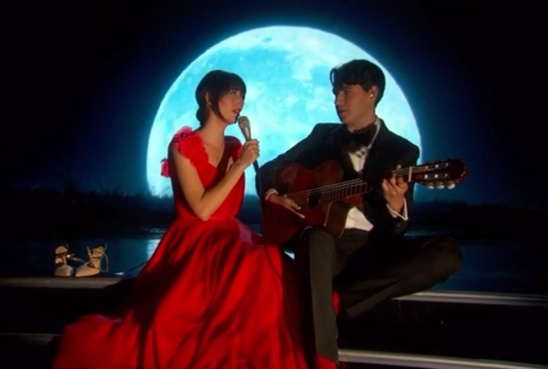"Karen O Gets Interviewed by Ezra Koenig, Shares ""Day Go By"" Video"