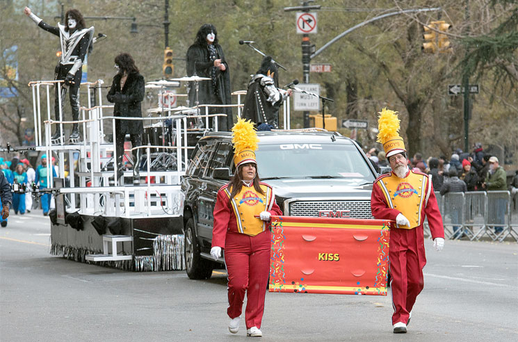 The Sad KISS Float at Macy's Thanksgiving Day Parade Is a Perfect Metaphor for 2020