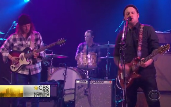 """Modest Mouse """"The Ground Walks, With Time in a Box"""" / """"Coyotes"""" (live on 'CBS This Morning')"""