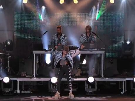 Röyksopp & Robyn 'Do It Again' (live on 'Kimmel')