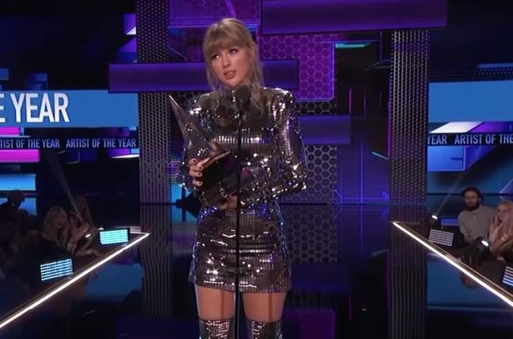 ​Taylor Swift Encourages Fans to Vote in AMAs Acceptance Speech