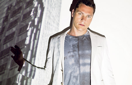 "DJ Tiësto Calls Vinyl Records ""Outdated"" and ""A Nightmare"""