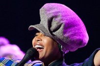 "​Erykah Badu Faces Backlash After ""Putting Up a Prayer"" for R. Kelly During Chicago Concert"